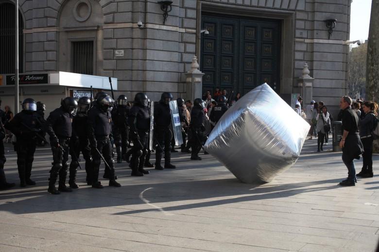 inflatable-cobblestone-barcelona_copyright_Oriana_Eliçabe_enmedio.info_1